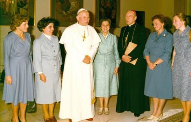Kard. Stefan Wyszyński z Marią Okońską oraz członkiniami Instytutu na audiencji prywatnej u papieża Jana Pawła II, 1979 r.