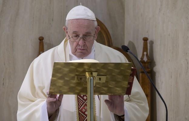 Papież modli się za bezimiennych zmarłych z powodu pandemii