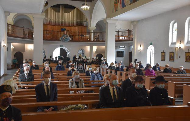 Wierni podczas Mszy św. pogrzebowej za zmarłego Jerzego Kosmatego