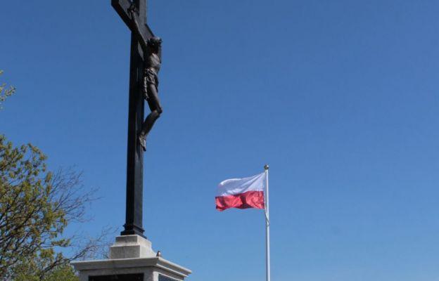 Biało-czerwona flaga na punkcie widokowym w Strzegomiu