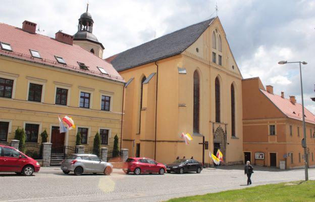 Widok na kościół i plebanię par. Najświętszego Zbawiciela i MB Szkaplerznej w Strzegomiu