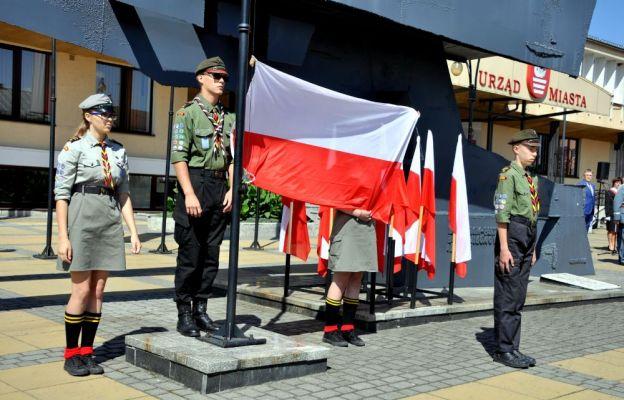Biłgorajscy harcerze z flagą w akcji
