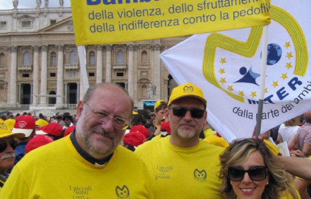 ks. Fortunato di Noto z członkami Stowarzyszenia METER, Plac św. Piotra w Rzymie