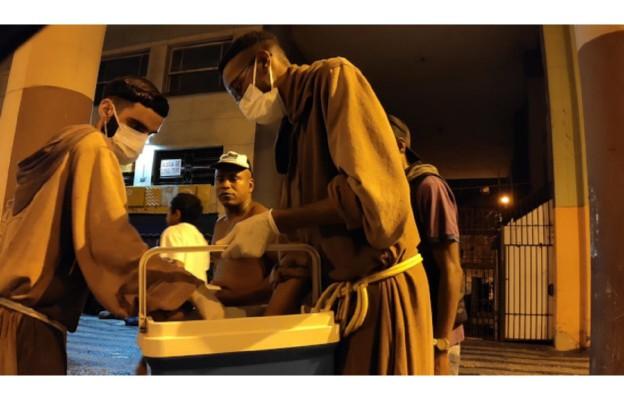 Bracia ze wspólnoty Toca de Assi niosą pomoc bezdomnym