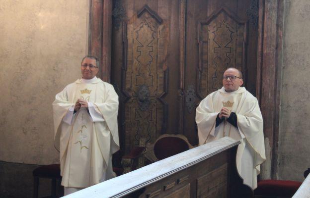 Ks. Piotr Kos i ks. kan. Krzysztof Ora, co wtorek towarzyszą bp Ignacemu podczas Mszy św. u MB Świdnickiej.