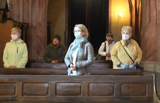 Wierni uczestniczący we Mszy św. wtorkowej, zachowują restrykcyjne obostrzenia sanitarne.