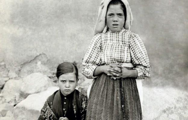 Łucja dos Santos wraz z młodszą Hiacyntą Marto