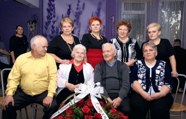 Państwo Irena i Karol Balwarowie z córkami i synem