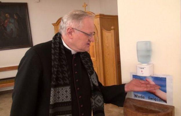 Ksiądz Proboszcz prezentuje działanie kropielnicy