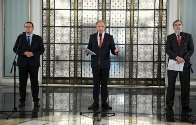Politycy Porozumienia, od lewej: Arkadiusz Urban, Włodzimierz Tomaszewski i Jacek Szczot podczas konferencji prasowej, 5.05.2020 r. w Sejmie w Warszawie.