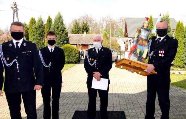 Strażacy z OSP Dąbrowica z figurą św. Floriana