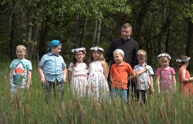 Ks. Marcin Banaczyk podczas katechezy z dziećmi