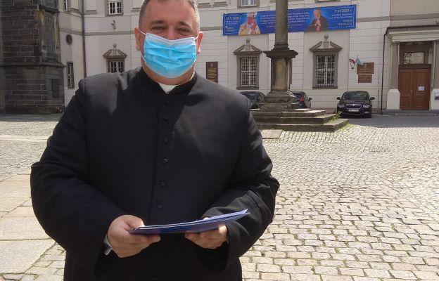 Ks. Tomasz Nuckowski, przed Świdnicką Kurią Biskupią po odebraniu nominacji proboszczowskiej.