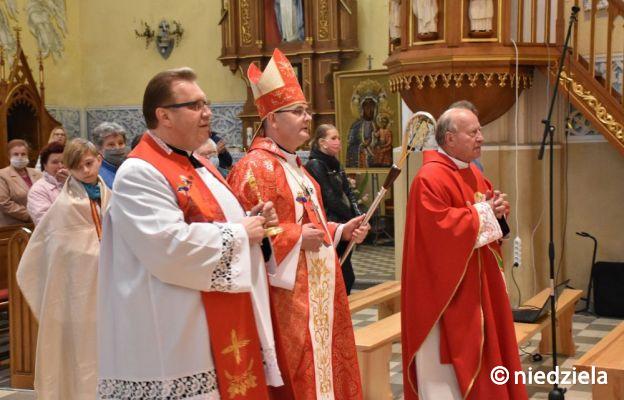 Bp Przybylski w Myszkowie: Wiara musi owocować moralnością
