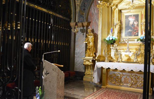 Bp Jan Piotrowski podczas modlitwy w katedrze kieleckiej