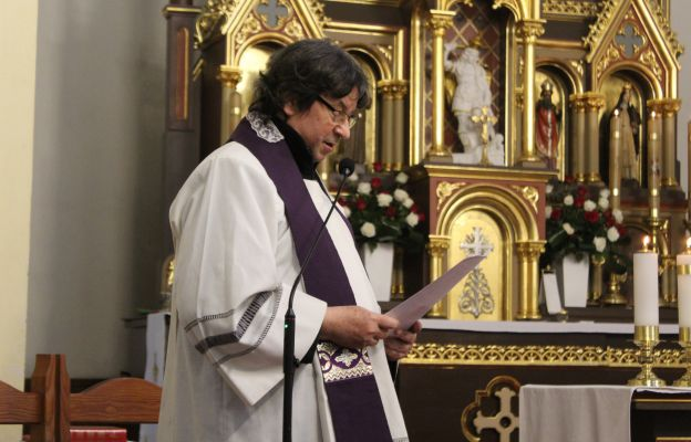 W imieniu kapłanów pochodzących z Białego Kamienia i całego Wałbrzycha przemawiał ks. Piotr Nowosielski
