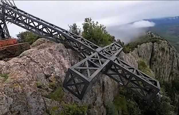 Francja: wandale przewrócili wielki krzyż na górze koło Montpellier