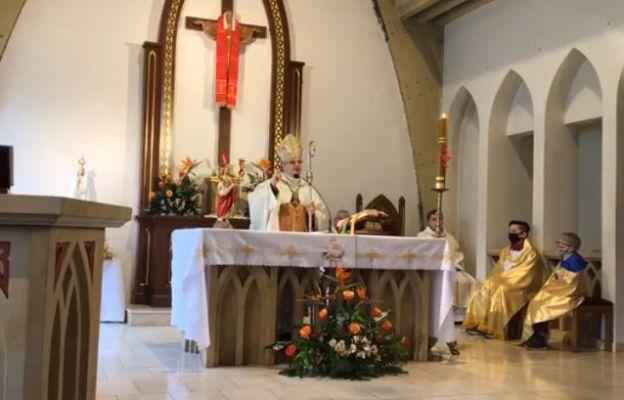 bp Marek Mendyk w kościele Chrystusa Króla w Głuszycy