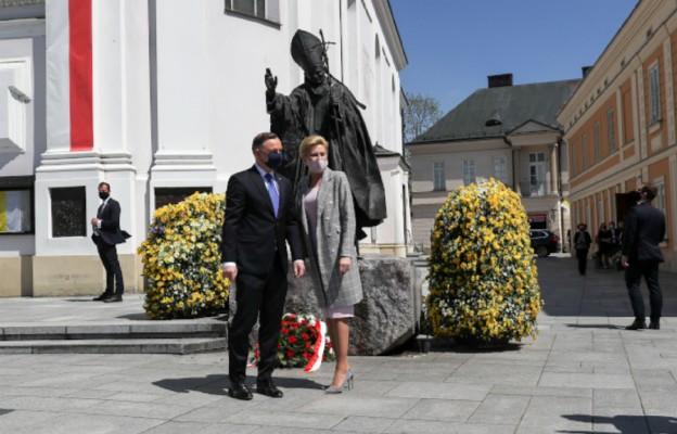 Wadowice/ Para prezydencka złożyła kwiaty przed pomnikiem Jana Pawła II