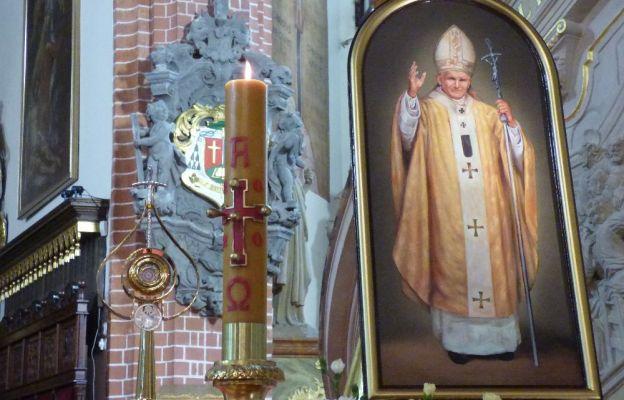 Modlitwie towarzyszyły relikwie św. Jana Pawła II