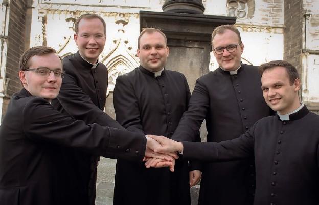 Neoprezbiterzy diecezji świdnickiej, 2020 r. Od lewej: ks. Daniel Kołodziejczyk, ks. Mateusz Grzegorczyk, ks. Michał Pietraszek, ks. Bartosz Kocur, ks. Grzegorz Banda