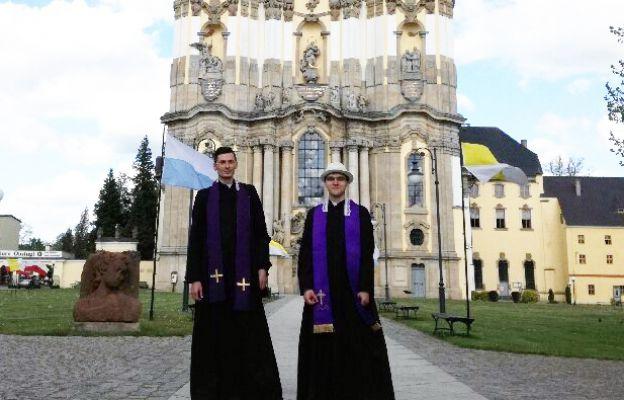 Krzeszów i kapłani pielgrzymi.