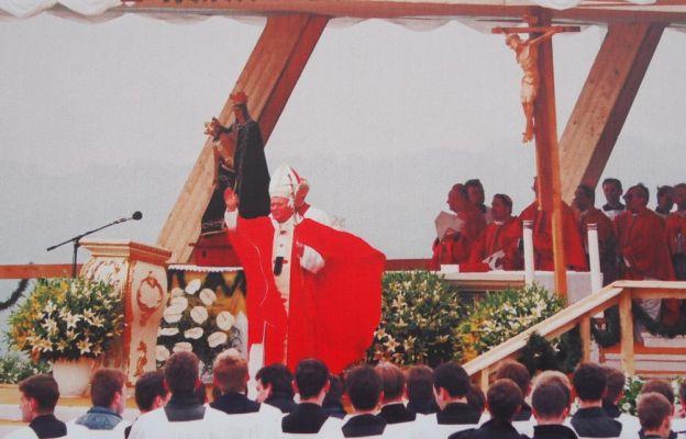 Papież błogosławi pielgrzymów na Kaplicówce.
