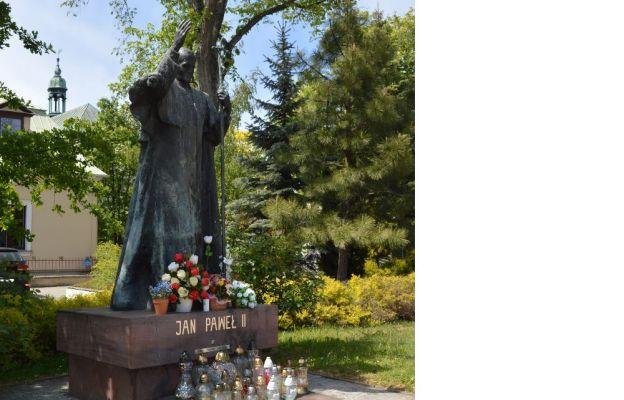 Pomnik św. Jana Pawła II przy bazylice kieleckiej
