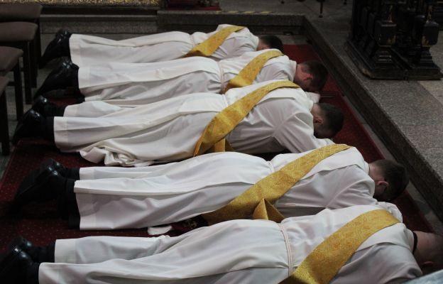 Przyszli kapłani podczas litanii do wszystkich świętych.