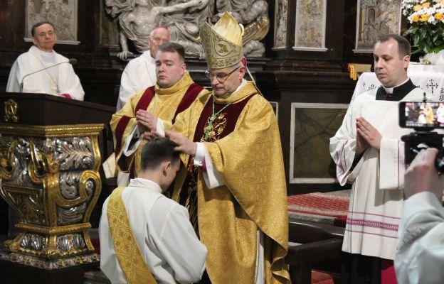 Gest nałożenia rąk przez biskupa.