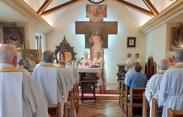 Biskup Tadeusz Rakoczy przyjmował 22 maja 1995 r. Papieża Polaka w diecezji.  Na zdjęciu - Msza św. 22 maja 2020 r. w kaplicy Domu Księży Emerytów w Bielsku-Białej.