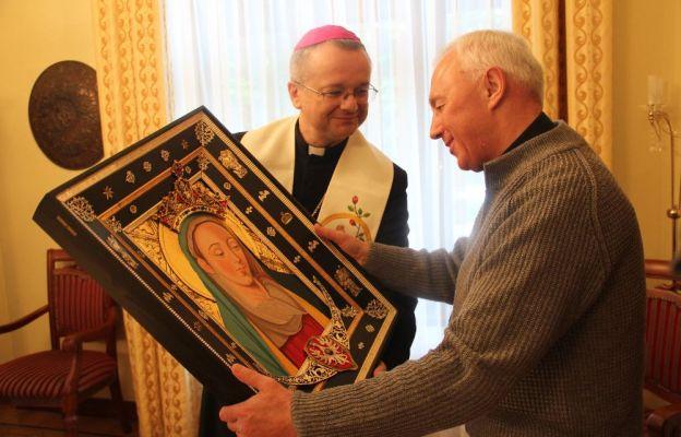 Biskup podarował parafii w Szprotawie kopię obrazu Matki Bożej Rokitniańskiej