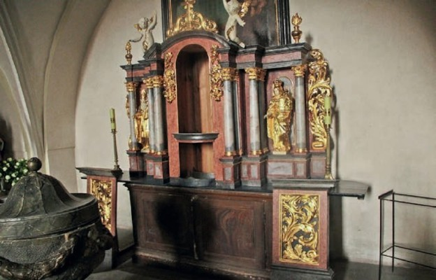 z pracowni w łodzi powróciła odrestaurowana nastawa tabernakulum