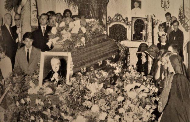 Modlitwa przy trumnie kard. Stefana Wyszyńskiego. W prawym górnym rogu, przy sztandarze