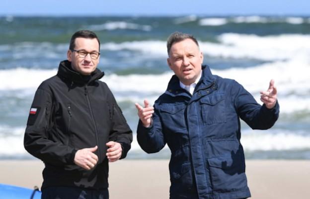 Skowronki, 30.05.2020. Prezydent Andrzej Duda (P) i premier Mateusz Morawiecki (L) podczas wizyty na terenie budowy kanału żeglugowego na Mierzei Wiślanej w miejscowości Skowronki.