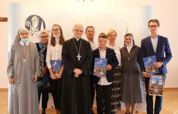 Laureaci konkursu, katecheci i rodzice w pamiątkowym zdjęciu z bp. Markiem.