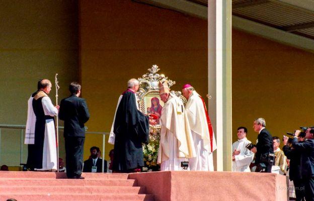 Moment koronacji ikony MB Łaskawej