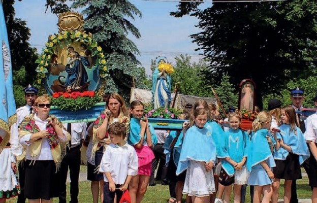 W przygotowanie procesji Bożego Ciała każdego roku angażują się dziesiątki osób