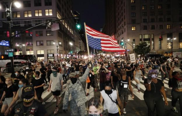 USA: Tysiące ludzi demonstrują w Nowym Jorku nie bacząc na godzinę policyjną