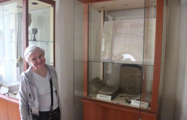 Halina Gacek jest przewodnikiem turystycznym. Oprowadza zwiedzających po żagańskim kompleksie kościelno-klasztornym