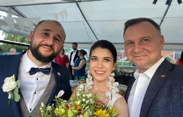 Prezydent Andrzej Duda odpowiedział na zaproszenie pary młodej i odwiedził ich na ślubie