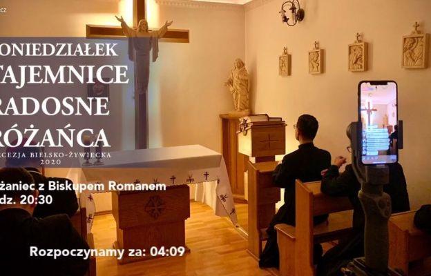 Różaniec często jest transmitowany z kaplicy kurii