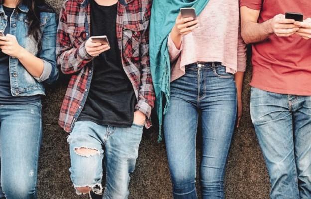 Przyklejeni do smartfonów