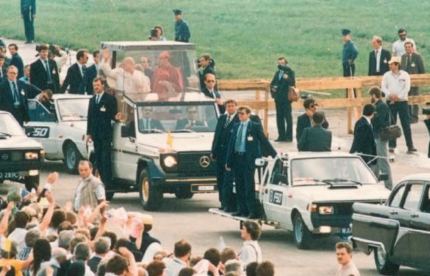 Przejazd Jana Pawła II pośród zgromadzonych na Lublinku