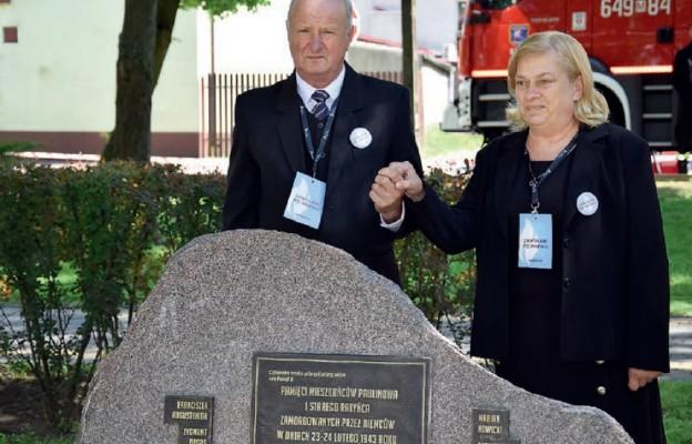 Jedna z rodzin zamordowanych Polaków za pomoc Żydom przy odsłoniętej tablicy w Sterdyni