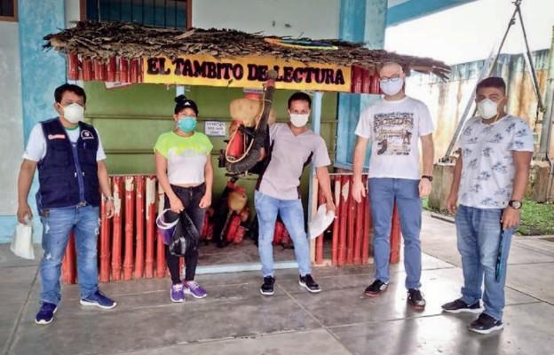 Bierzemy czynny udział w neutralizacji komarów – pisze ks. Tokarz (drugi od prawej)