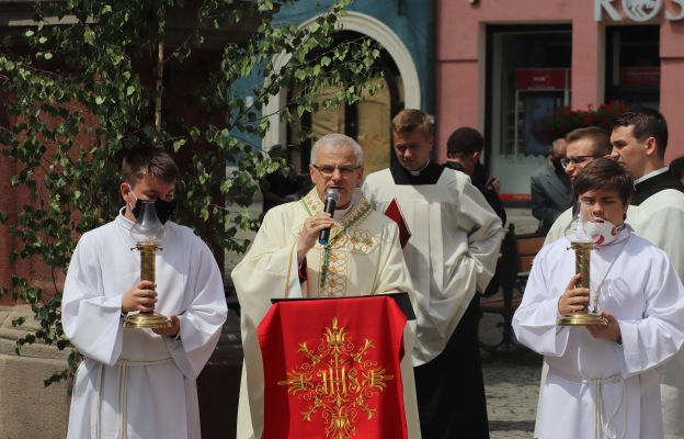 Bp Marek Mendyk głosi homilię przy 3 ołtarzu
