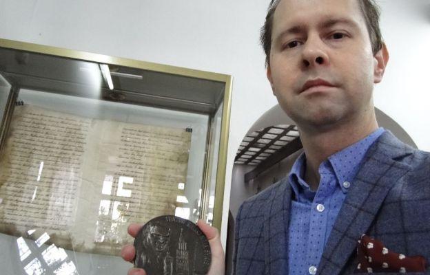 Jakub Staroń prezentuje medal.