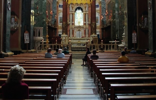Archidiecezja Barcelony wyjaśnia: kościoły pozostaną czynne