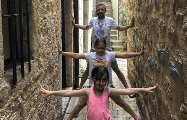 Łukasz Wdowczyk, tu z dwiema z trzech swoich córek, 10-letnią Leną i 7-letnią Polą